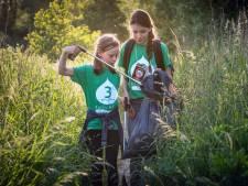Ruby en Lara gaan als lopende vuilniszakken achter de Bossche avondvierdaagse aan