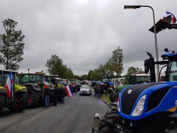 Protestboeren hebben hun kamp opgeslagen voor het distributiecentrum van Albert Heijn in Zwolle. Onder hen een aantal boeren uit Duitsland die hun Nederlandse collega's een hart onder de riem staken.