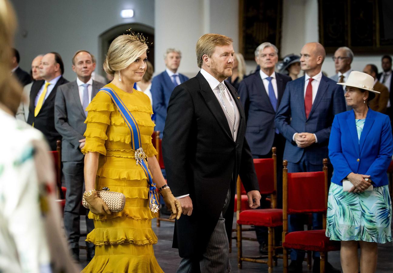 Als koning Willem-Alexander en koningin Máxima de Grote Kerk binnenlopen, is het muisstil.