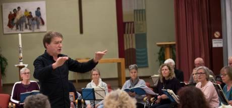 Dirigent die kwart eeuw voor zijn 'bescheiden koor' staat: 'Gaan met die banaan'