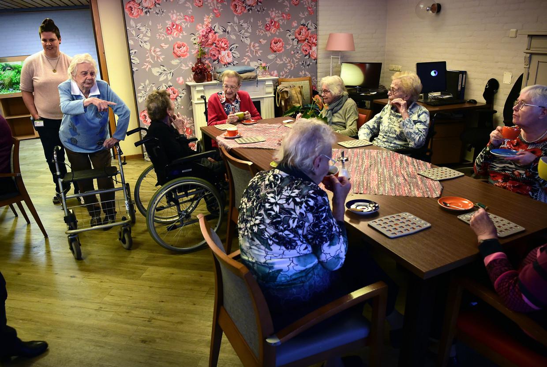 Ouderen in verpleeghuis Sonnevanck in 's Gravenzande drinken koffie voorafgaand aan de bingo.  Beeld null