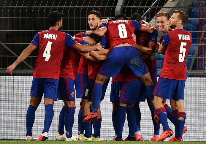 Ricky van Wolfswinkel (achter) viert het feestje mee na de goal van Fabian Frei.