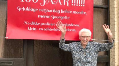 """Familie versiert huisje van Georgette voor 100ste verjaardag: """"Meme heeft altijd voor ons gezorgd vroeger. Nu zorgen wij voor haar"""""""
