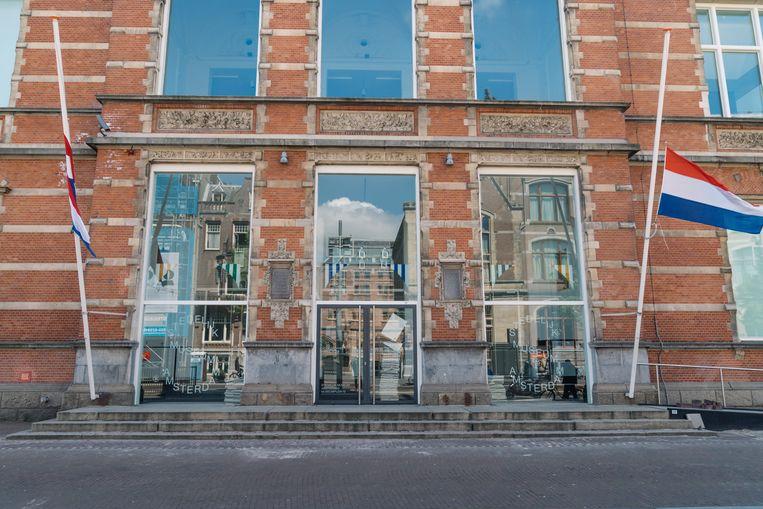 De gevel van het Stedelijk Museum Amsterdam, met achter de ruiten het werk van Navid Nuur. Beeld Sjoerd Derine