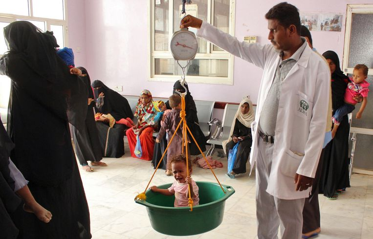 A child that had to flee is being weighed in Hajjah. Beeld AFP
