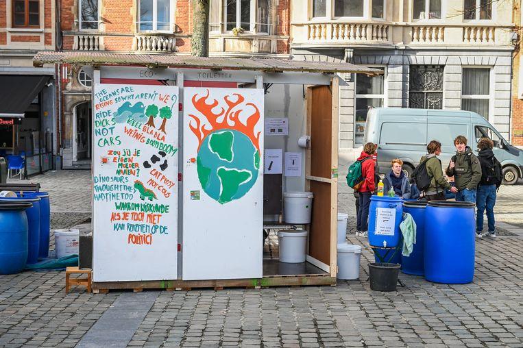 Op het Ladeuzeplein werden eco-toilets neergepoot.