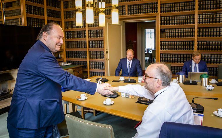 Henk Otten (L) en Paul Cliteur (R) van de Eerste Kamerfractie van Forum voor Democratie voorafgaand aan de eerste fractievergadering van de partij in de Eerste Kamer in juni dit jaar. Beeld ANP