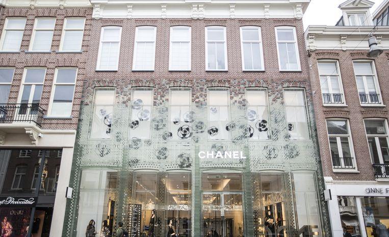 Zo kan het ook: de winkel van het exclusieve modemerk Chanel in de P.C. Hooftstraat heeft een gevel van glazen bakstenen. Volgens de VVD is het een voorbeeld van hoe nieuwe façades een aanwinst voor de stad kunnen zijn. Beeld Eva Plevier