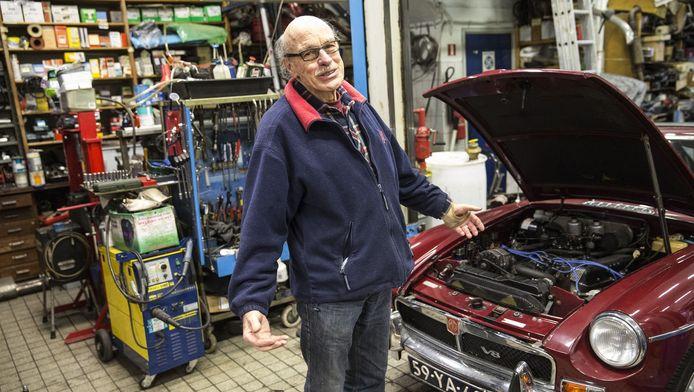 Herman Hamer, de 75-jarige eigenaar van de gelijknamige garage Hamer in Rotterdam, zal grote schade ondervinden van de milieuzone.
