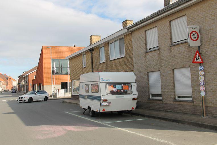 Het bewonersplatform heeft zelf parkeervakken en een 'zone 30'-teken op de straat uitgetekend. Het plaatste ook een kiss & ride-caravan om te tonen dat er op die plaats nood aan is.