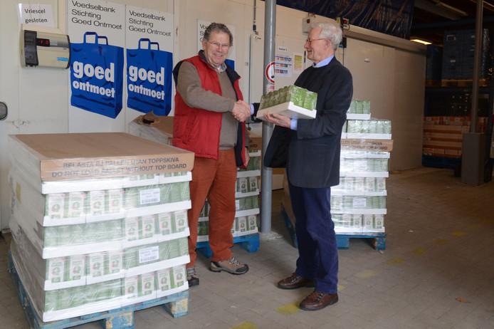 Martien Franken (rechts) overhandigt de pakken koffie aan Jan den Ridder van Goed Ontmoet.