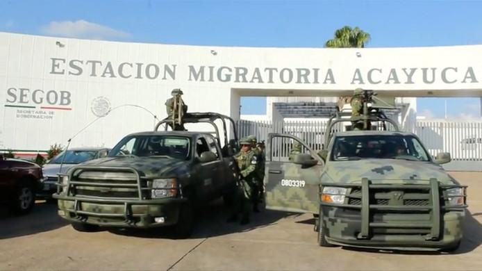 Militairen houden de wacht bij het Nationale Immigratie Centrum nadat 791 migranten werden opgepakt.