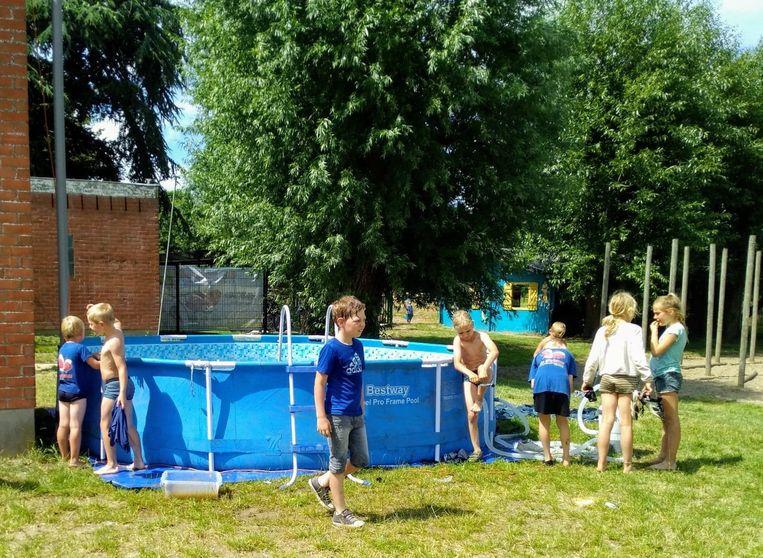 De kinderen konden verkoeling zoeken in het zwembad.