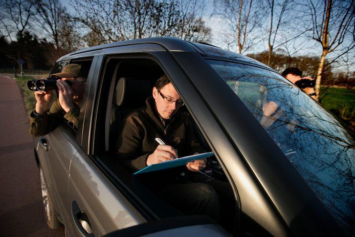 Piet Dekkers, Christiaan van Daalen en Maarten van der Linden (vlnr) tellen zaterdagavond reeën in het buitengebied van Helmond.