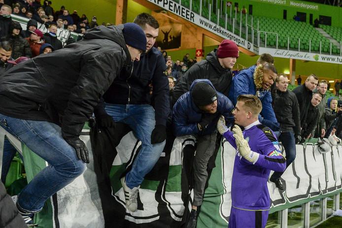 Sergio Padt moet uitleg geven bij de ontevreden Groningen-supporters.