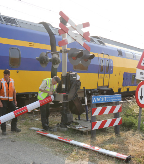 Shovel rijdt spoorboom kapot, trein stapvoets langs Kruiningen-Yerseke