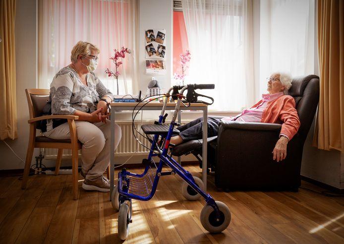 Een bewoonster van verpleeghuis Het Haltna Huis van zorginstelling Zorgspectrum krijgt bezoek van haar dochter.