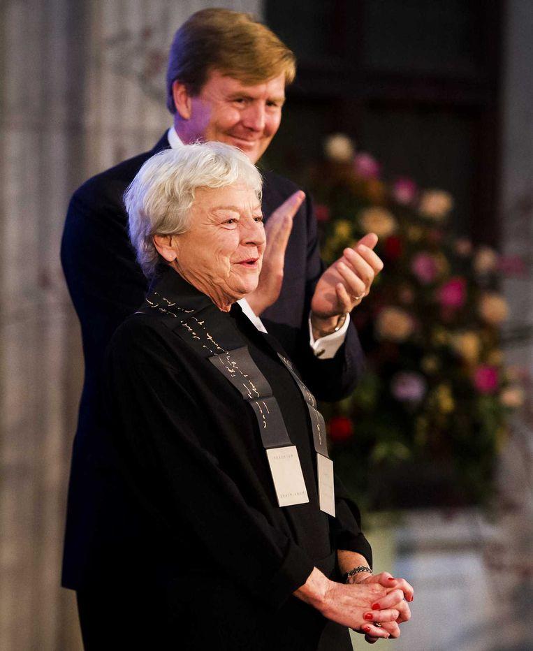 Koning Willem-Alexander heeft de Erasmusprijs 2014 uitgereikt aan de Belgische festivaldirecteur en curator Frie Leysen in het Koninklijk Paleis. Beeld anp