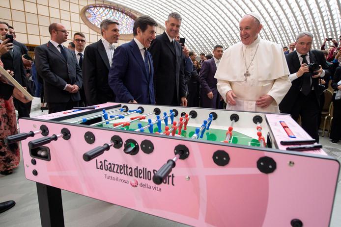 De paus speelde nog even een kort potje tafelvoetbal op de bijeenkomst met jonge voetballers.