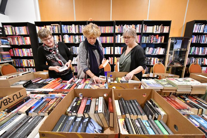 Eerste boekenmarkt in kulturhus 't Brookshoes. Links Gerrie ten Hag en rechts Nancy Elferink.