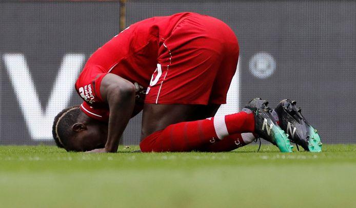 Sadio Mané kust het gras van Anfield na zijn doelpunt.