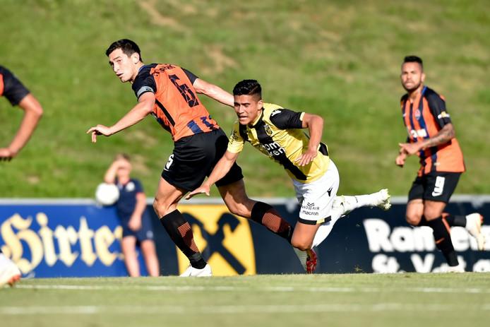 Navarone Foor namens Vitesse in duel met Shakhtar Donetsk-speler Stepanenko.