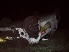 Auto over de kop in Tubbergen: één persoon gewond