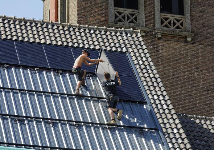 Voor eigenaren van monumentale gebouwen in Gouda wordt het per 1 januari makkelijker om zonnepanelen of isolatieglas aan te brengen.