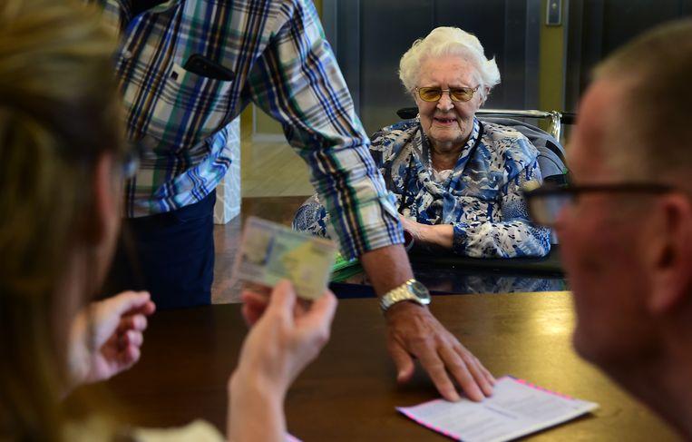 De 104-jarige Fopkje Kijlstra in stembureau De Schutse te Gorinchem. Beeld Marcel van den Bergh