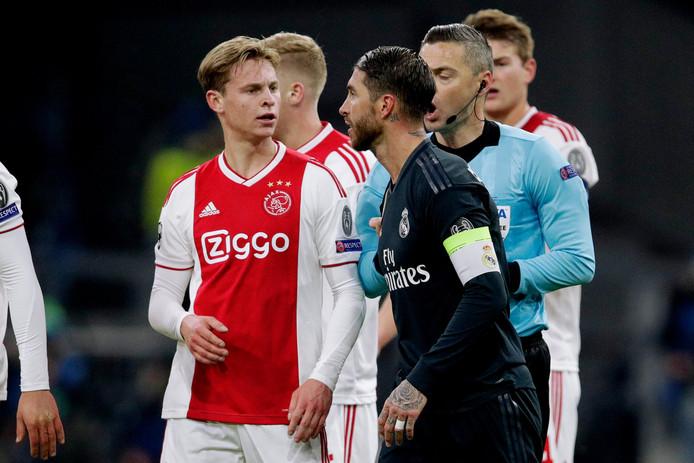 Frenkie de Jong in gesprek met Sergio Ramos.