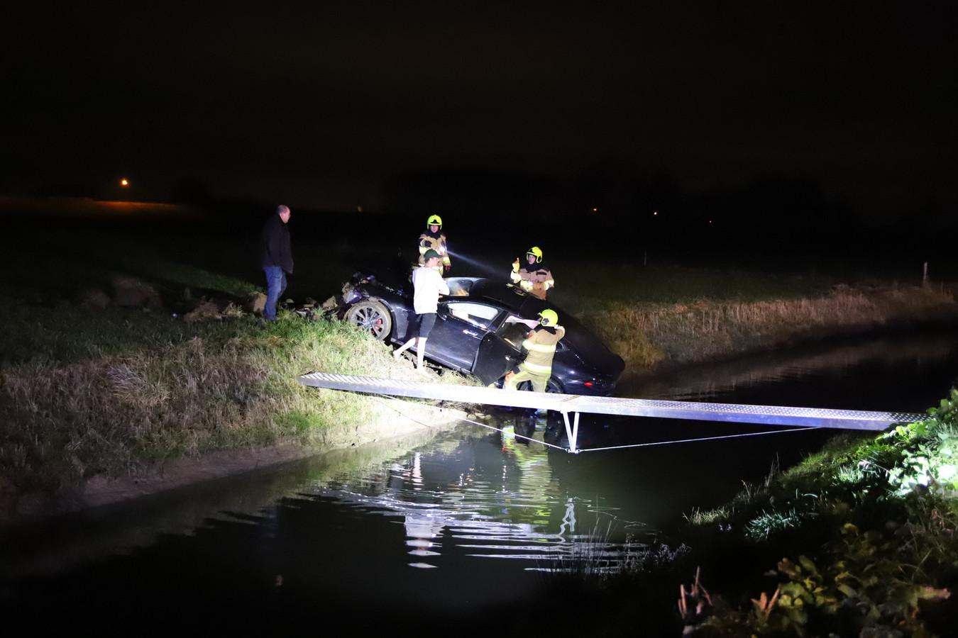 Hulpverleners bij de auto die over de sloot schoot in Tiel.