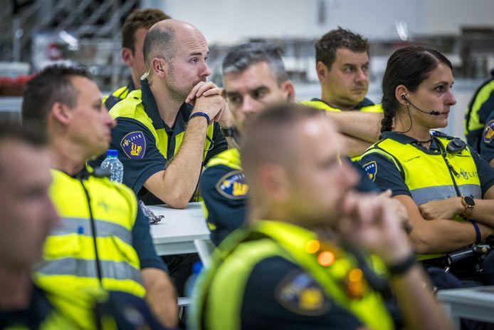 Agenten kwamen zaterdag in Sittard bijeen voor een cao-bijeenkomst. De politie zou bij wijze van protestactie voor een betere cao niet bij de eredivisiewedstrijd Fortuna Sittard - FC Utrecht aanwezig zijn, maar agenten lieten zich na afloop daarvan toch even zien.