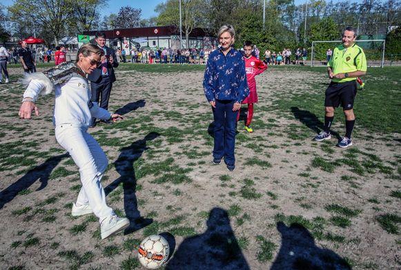 Vlaams minister van Onderwijs Hilde Crevits (CD&V) en ex-judoka Gella Vandecaveye hebben de aftrap gegeven op een G-voetbalwedstrijd tussen Marke en Zulte Waregem.