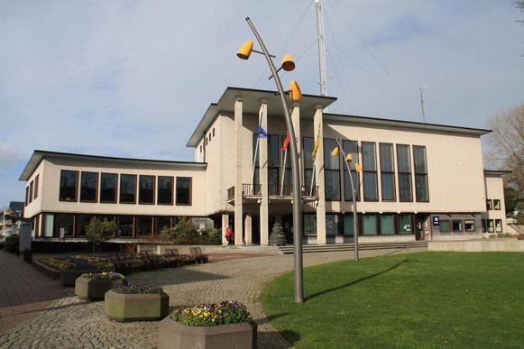 Het gemeentebestuur wil het huidige gemeentehuis renoveren en uitbreiden.
