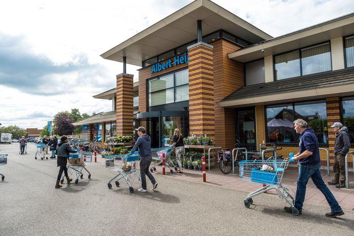 De eigenaren van de Albert Heijn in Hattem hebben gevraagd om ruimere openingstijden voor hun supermarkt.