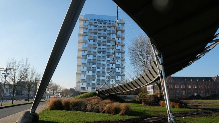 De K-Tower is deels bekleed met spiegelende panelen.