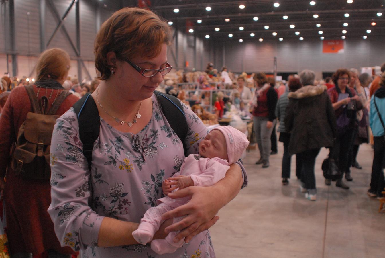 Slaap Kindje Slaap Daar Buiten Loopt.In Den Bosch Te Bewonderen Baby Julietta Heeft Geen Bloed In Haar