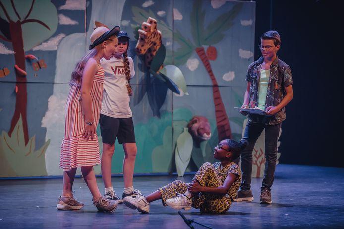 Voor het eerst in maanden was er vanavond een voorstelling met publiek in de grote zaal van Nieuwe Nobelaer: groep 8 van De Klankhof voert de musical Jungle Beat op voor ouders, broertjes en zusjes.