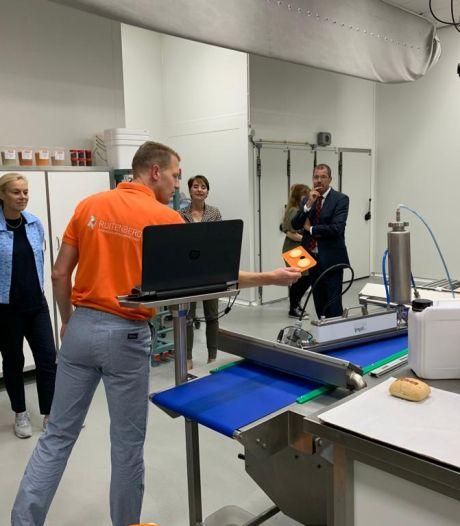 Minister Sigrid Kaag brengt werkbezoek aan 'plantaardige eiwit-maker' in Twello