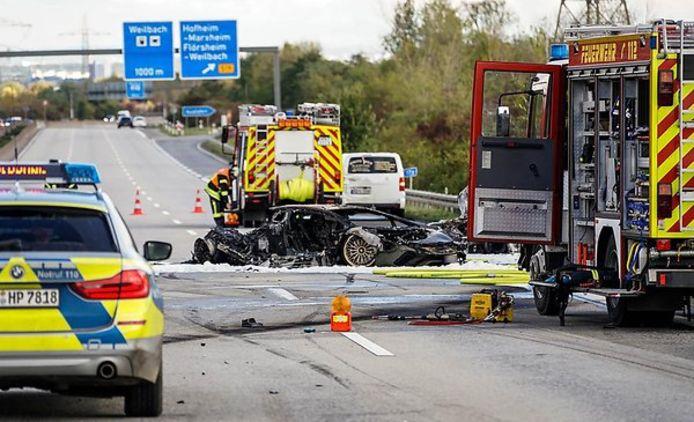 Het compleet uitgebrande wrak van de Lamborghini op de A66 bij Hofheim am Taunus tusen Frankrfurt en Wiesbaden.