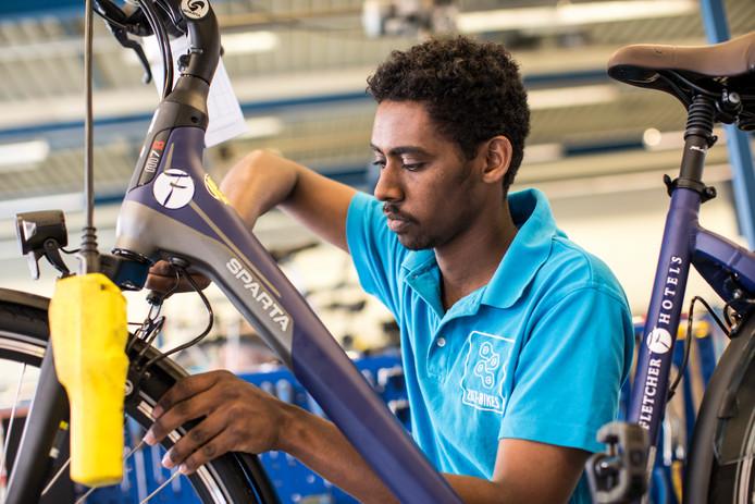 Huruy Gebrehiwet aan het werk met één van de fietsen voor de nieuwe klant Fletcher Hotels.