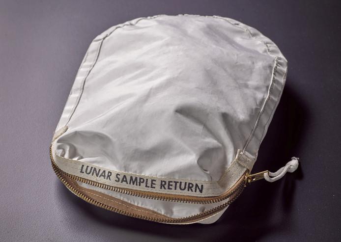 Het tasje waarin de Apollo 11-astronauten maanmateriaal mee terug naar de aarde namen.