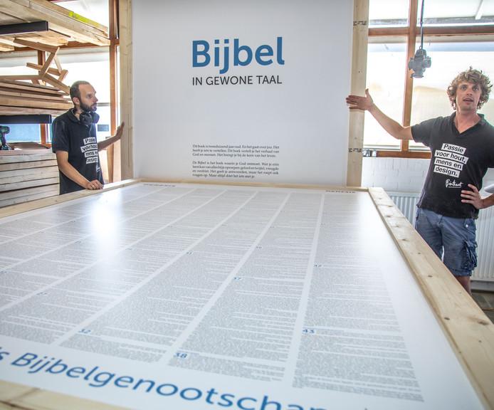Bij Binthout heeft men een Bijbel gemaakt op megaformaat. Deze bijbel zal gebruikt worden bij het meerdaagse festival Graceland in Vierhouten