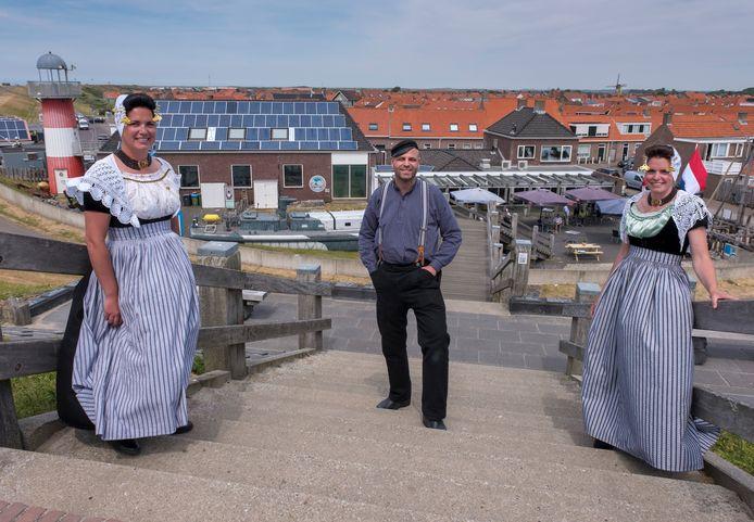 Harriët van Moolenbroek, Ivo van Beekhuizen en Maartje Hoogesteger op de trap bij het Polderhuis in Westkapelle.
