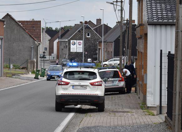 De verdachte werd geboeid en gekleed in een wit pak in de wagen gezet.