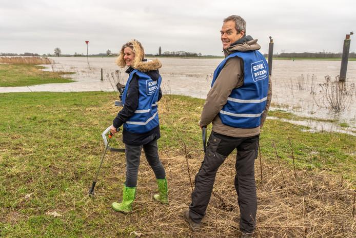 Frida Miedema en Marcel Tonkes onderzoeken het plastic afval langs de IJssel bij Zwolle.  Het tweetal maakt deel uit van een groep van tachtig onderzoekers die met ingang van dit voorjaar de hoeveelheid, samenstelling en herkomst van het afval langs de rivier in kaart gaat brengen.