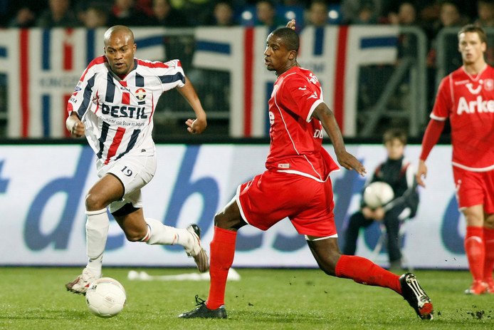 Ibad Muhamadu (l) duelleert met Douglas van FC Twente op 14 maart 2009.