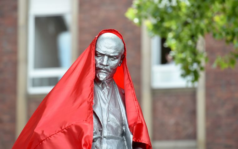 Onthulling van het standbeeld van Lenin (2,15 meter hoog) voor het hoofdkantoor van de MLPD.  Beeld Caroline Seidel/dpa