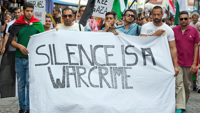Mensen lopen met een spandoek tijdens een pro-Palestijnse demonstratie in de Duitse stad Frankfurt.