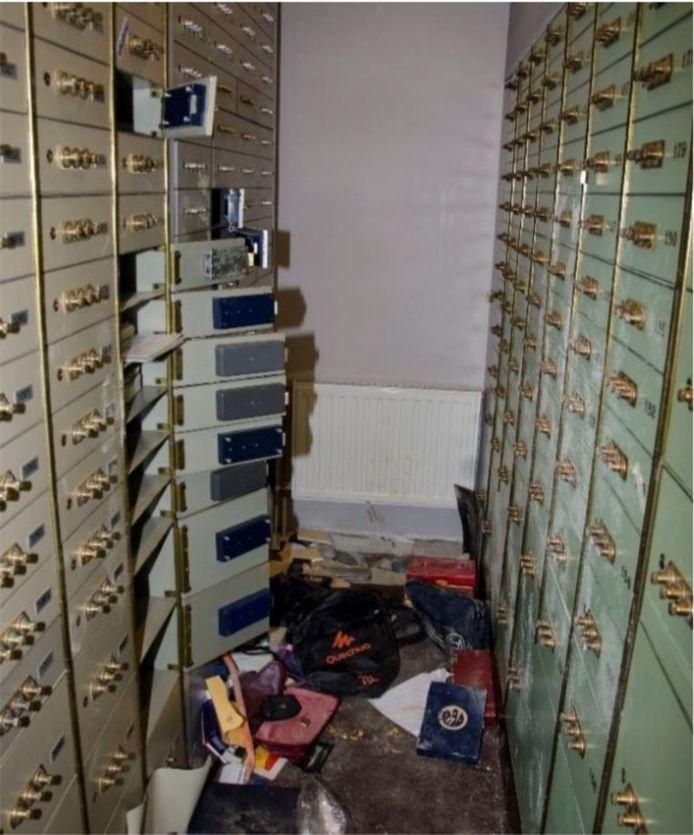 De gekraakte kluizen in de kelder van BNP Paribas Fortis aan de Belgiëlei in Antwerpen.